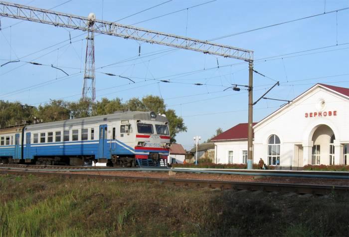 Дата: 06.10.2009 Теги: Добавил: Volodey.  Электропоезд ЭР9Е-565 на станции Зёрново.